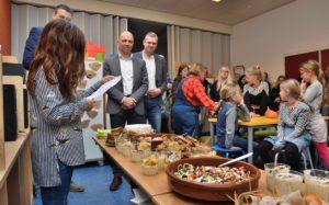 Leerlingen koken voor bestuurders met eigen oogst op Wereldvoedseldag